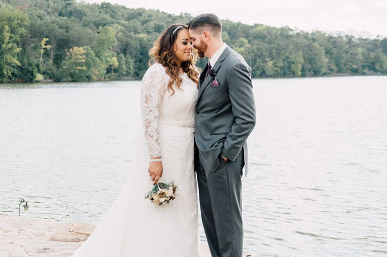 Scenic Wedding in Tennessee| Newlyweds gazing into eachothers eyes