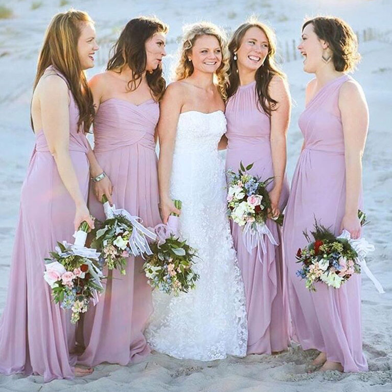 Charmant ... Bride Posing With Her Bridesmaids On The Beach