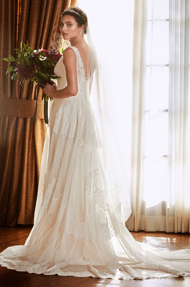a81c322402f Long veil that touches train. Romantic Tulle