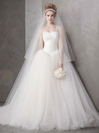 99924eea8 Bride wearing a strapless ballgown dress by Vera Wang. WEDDING GOWNS:  STRUCTURE