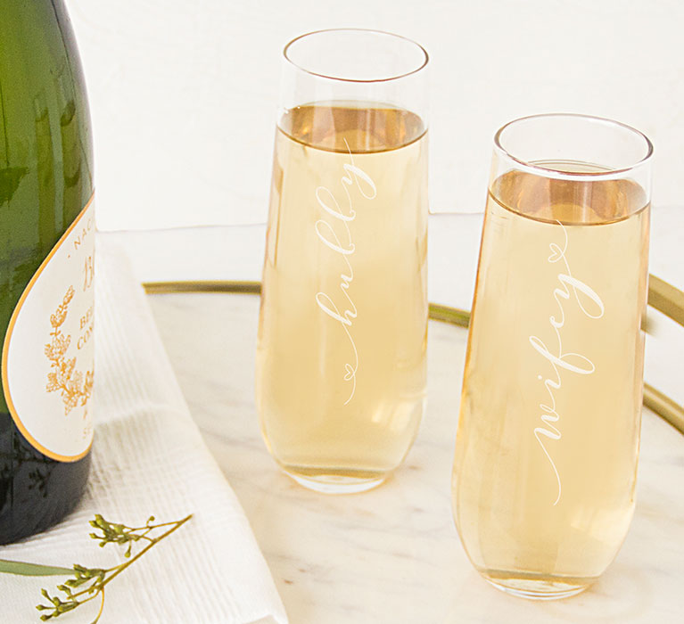 stemless champagne glasses that say 'hubby' and 'wifey'
