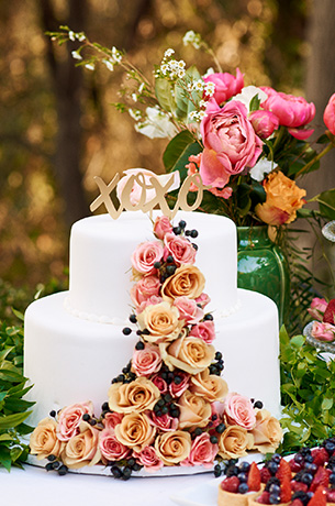 Fresh flowers for wedding cakes