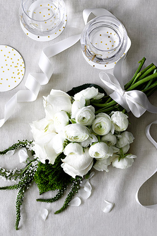 White bridal flowers for a winter wedding